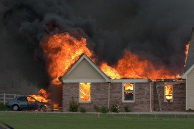 Haus steht in Flammen