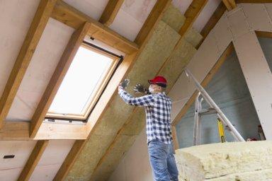 Zwischensparrendämmung wird im Dachgeschoss eingebaut
