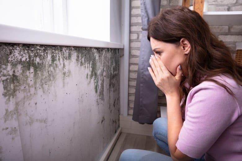 Junge Frau entdeckt Schimmel in der Wohnung