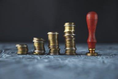 Notarstempel und Münzen