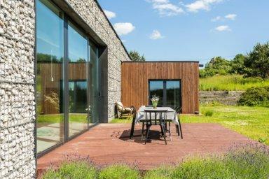 Große Fensterschiebetür zu Terrasse und Garten