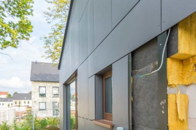 Eine geöffnete Vorhangfassade mit Mineralwolldämmung