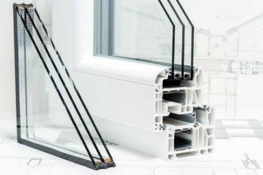 Ein Kunststofffenster im Querschnitt mit Dreifach-Verglasung
