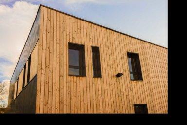 Ein modernes Haus mit einer Holzfassade