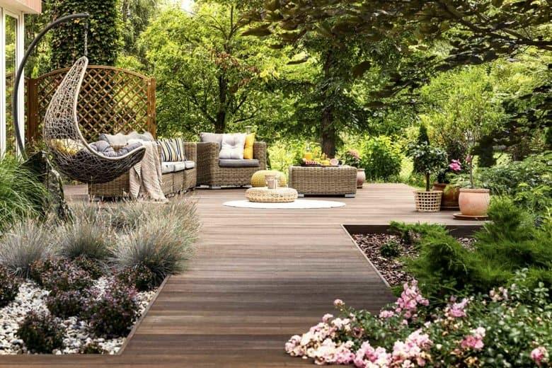 Garten mit Terrasse und Bäumen
