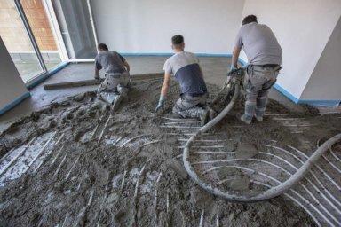 Estrichleger bauen Zementestrich als Heizestrich ein