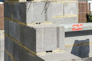 Mauerwerk aus Leichtbetonsteinen im Rohbau