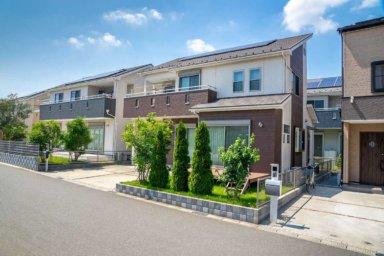 Moderne Häuser mit Pultdach und Photovoltaik