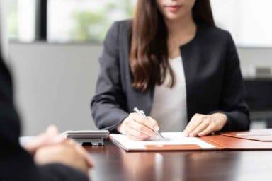 Eine Geschäftsfrau erstellt ein Wertgutachten