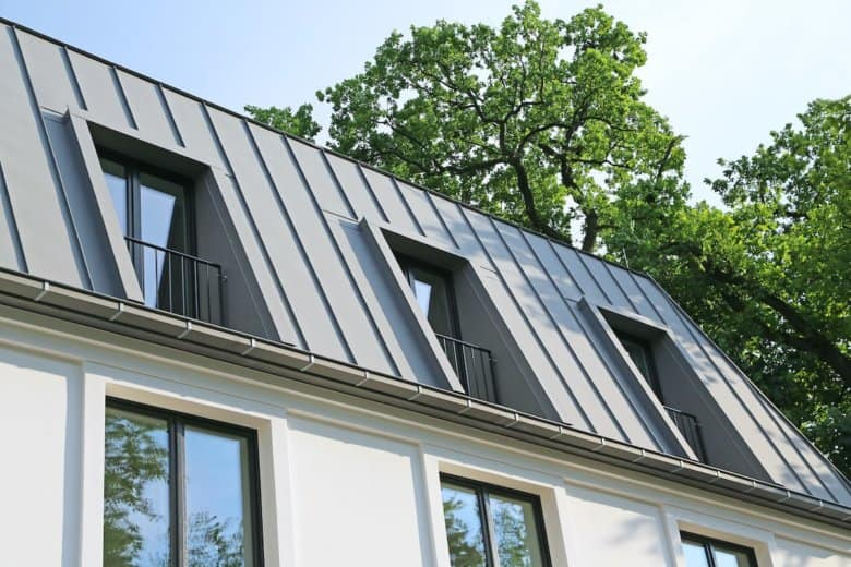 Eine Dachdeckung mit Zink-Stehfalz