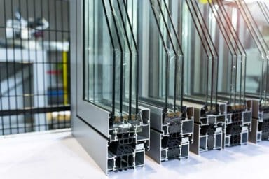 Aluminiumfenster im Querschnitt mit Mehrfachverglasung