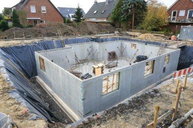 Ein Keller aus Betonelementwänden in der Bauphase