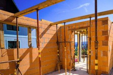 Ziegelmauerwerk beim Rohbau eines Einfamilienhauses