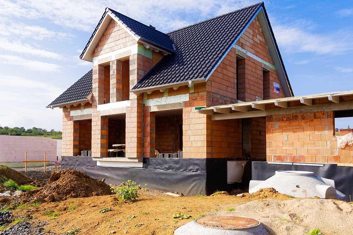 Ein fertiggestellter Rohbau mit Ziegelmauerwerk