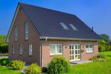 Ein Einfamilienhaus mit Satteldach und Betondachsteinen