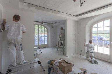 Maler streichen eine Wohnung