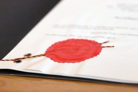 Notarvertrag mit rotem Siegel
