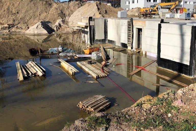 Eine Baugrube mit Wasser. Zuvor erfolgte eine Baugrunduntersuchung.
