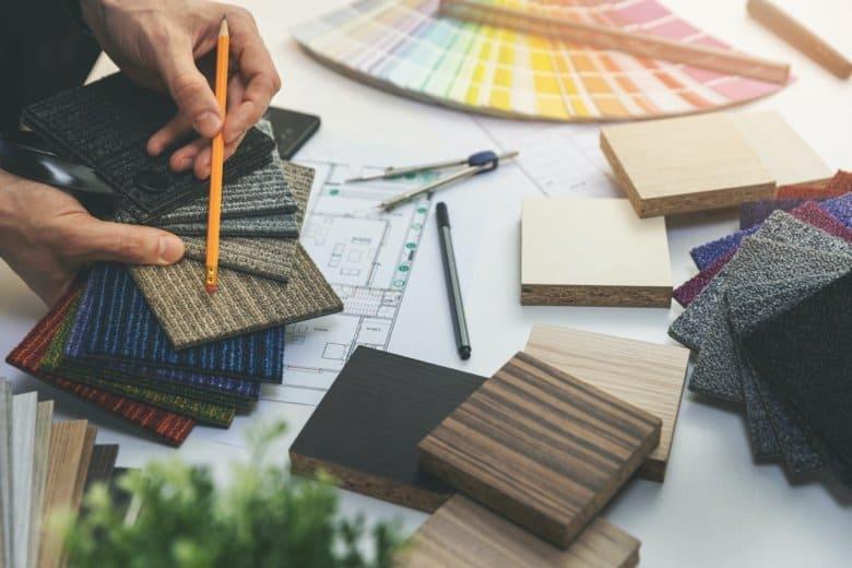 Ein Designer wählt Bodenbeläge aus verschiedenen Mustern aus