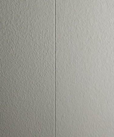 Raufaser mit Acrylfuge an dem Übergang von Trockenbau auf Putz