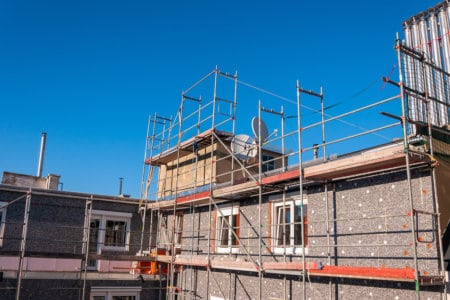 Neue Dämmung wird an der Fassade eingebaut