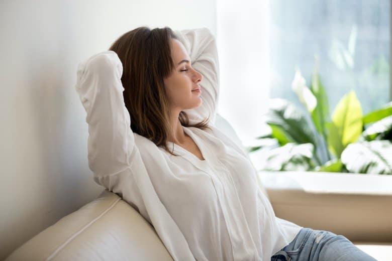 Ein Frau ruht sich aus und genießt das gute Raumklima