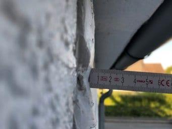 Eine Gipsmarke zur Rissüberwachung in Form einer 8 im Querschnitt