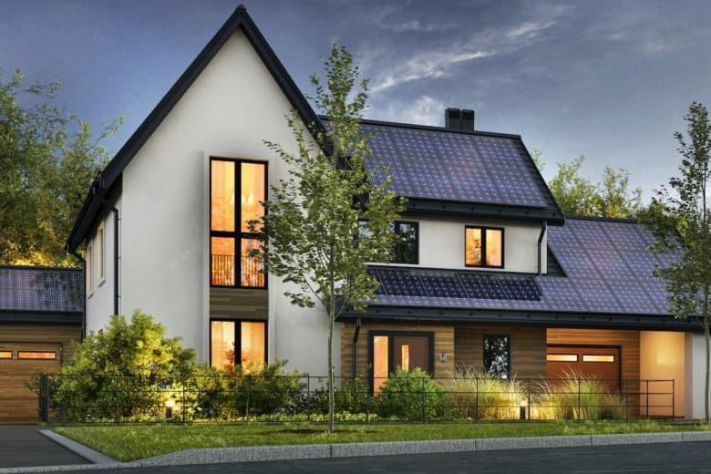 Ein Haus mit Sonnenkollektoren auf dem Dach