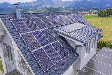 Ein Haus mit einer Photovoltaikanlage auf dem Dach