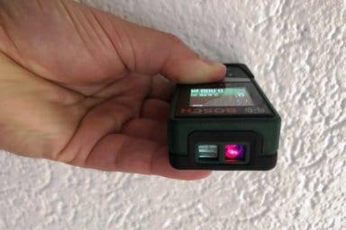 : Im Bild sehen Sie einen Laserentfernungsmesser. Mit diesem Messgerät erfassen Sie Entfernungen schnell und millimetergenau.