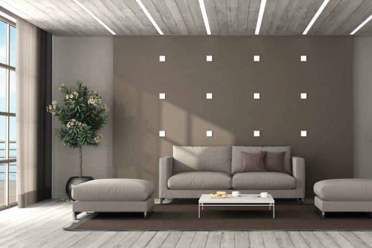 Ein Wohnzimmer mit verschiedenen Arten von Leuchten