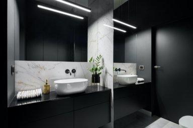 Ein modernes Badezimmer mit Spiegelwand