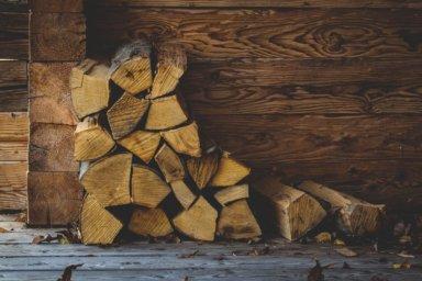 Holzscheite aus Hartholz, zum Verbrennen im Kachelofen vorbereitet.
