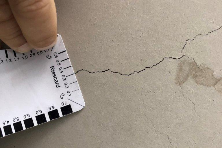 Ein 0,3 mm breiter Riss in der Untersicht einer Filigrandecke