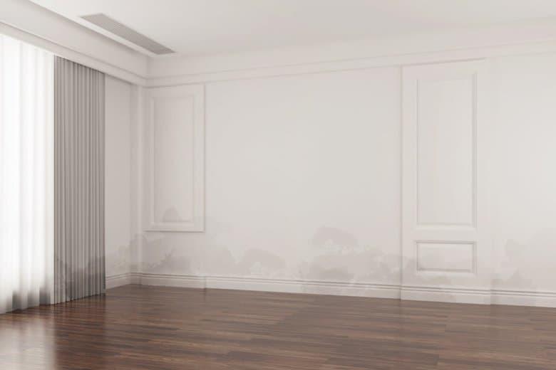 Ein Wasserschaden an den Wänden in einem Raum