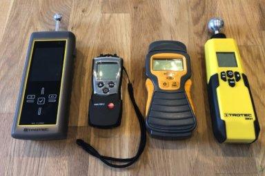 Verschiedene Feuchtigkeitsmessgeräte. Zwei mit Kugelkopf und zwei mit Messspitzen