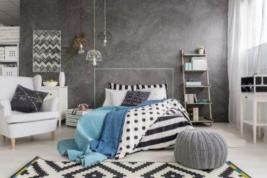 Ein eingerichtetes Schlafzimmer mit Dekorputz an einer Wand