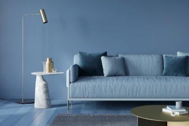Ein Wohnzimmer mit einer sehr glatten blauen Wand