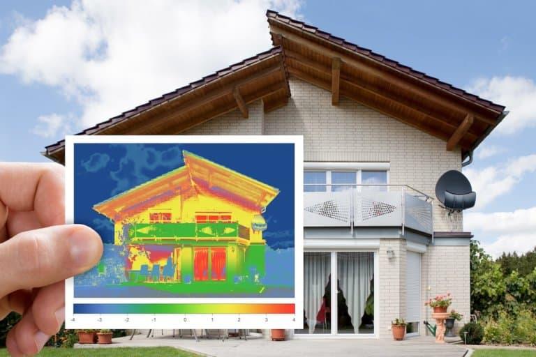Ein Einfamilienhaus und im Vordergrund ein Infrarot-Wärmebild von diesem Haus