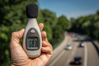 Ein Schallpegelmessung an der Straße